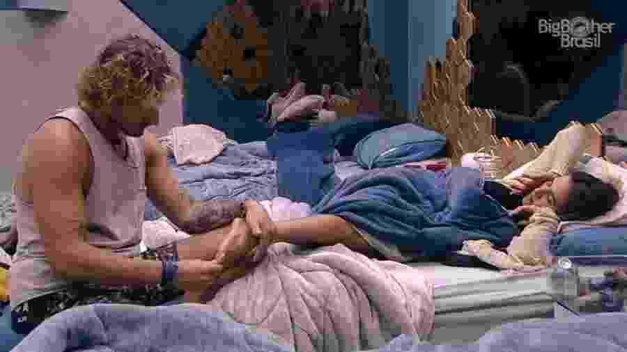 Alan conversa com Carolina no quarto Diamante - Reprodução/Globoplay