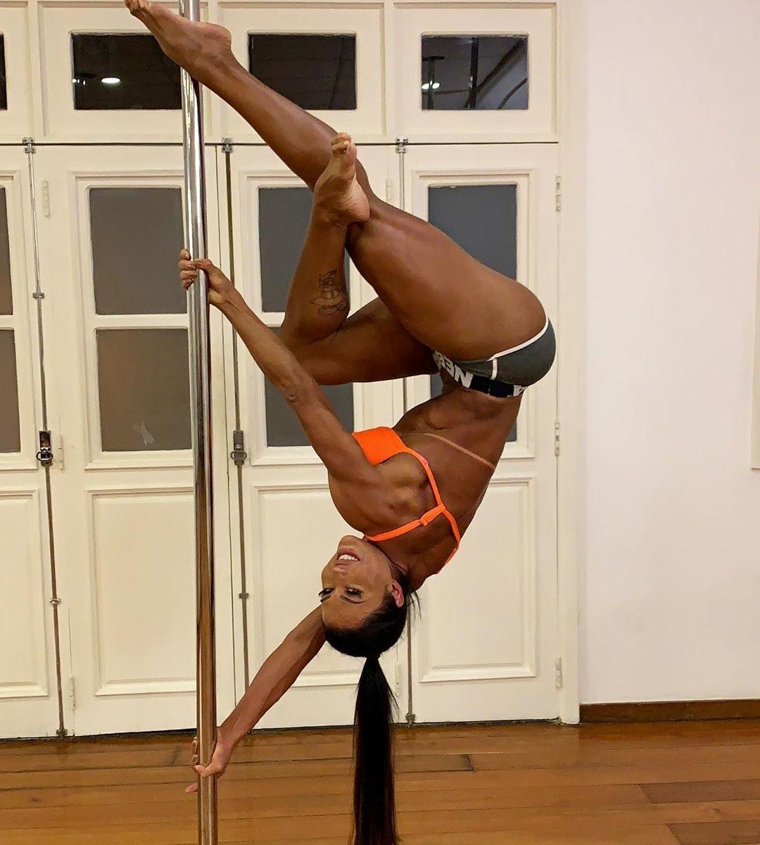 Gracyanne Barbosa em aula de pole dance