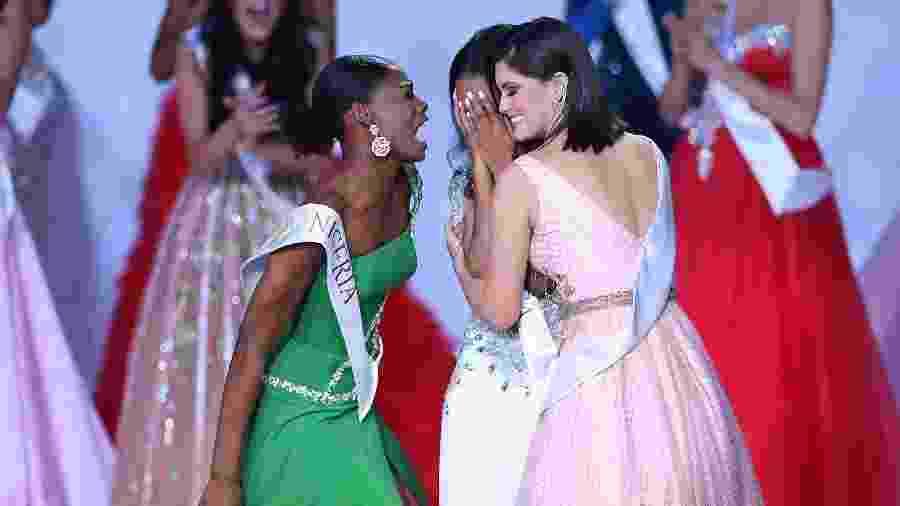 Nyekachi Douglas, de verde, comemora a vitória da jamaicana Toni-Ann Singh no Miss Mundo - AFP