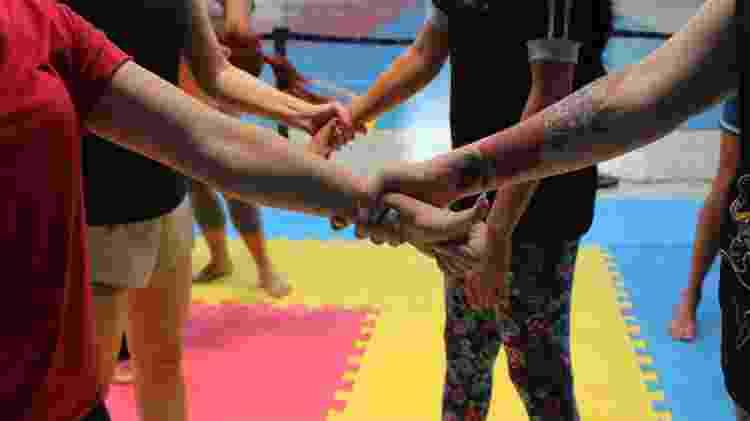 """Se te seguram pelo braço, a técnica é a da """"carona"""": com o dedão pra cima, puxe o braço no sentido do polegar da mão que te segura - Amanda Paulo/AKM Comunicação"""