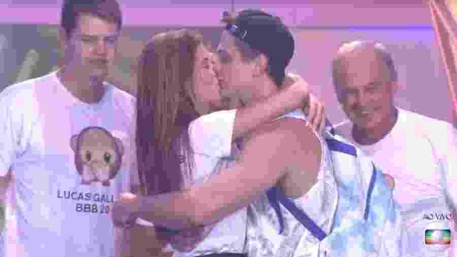 Lucas beija a namorada, Juliana, após deixar o BBB 20 - Reprodução/TV Globo