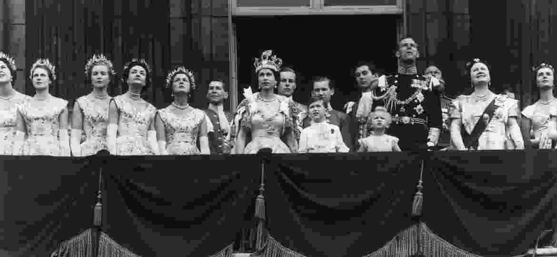 A rainha Elizabeth e membros da família real na varanda do Buckingham Palace no dia de sua coroação, em 1953 - Getty Images