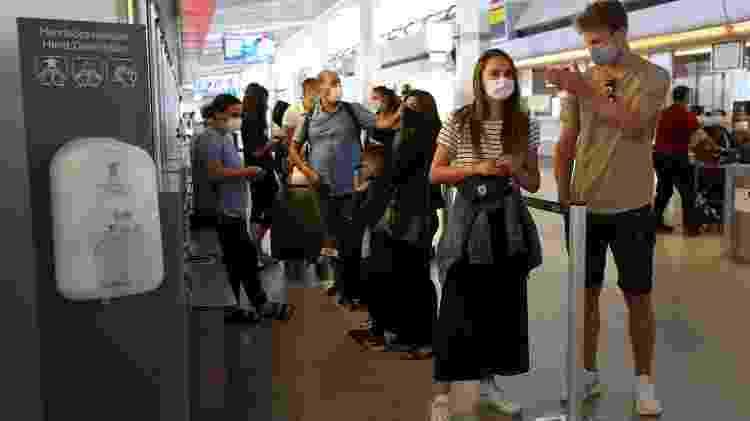 Passageiros de voo da Califórnia (EUA) passam por testes de covid-19 ao chegarem a Berlim - Getty Images - Getty Images