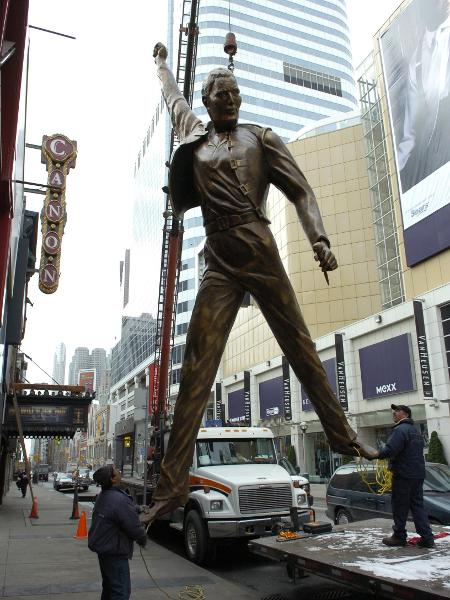 01.01.2010 - Estátua de bronze de Freddie Mercury é colocada no topo do Canon Theatre, em Toronto (Canadá) - Rick Eglinton/Toronto Star via Getty Images