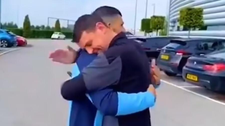 Agüero abraça roupeiro do Man. City após entregar Ranger Rover - Reprodução