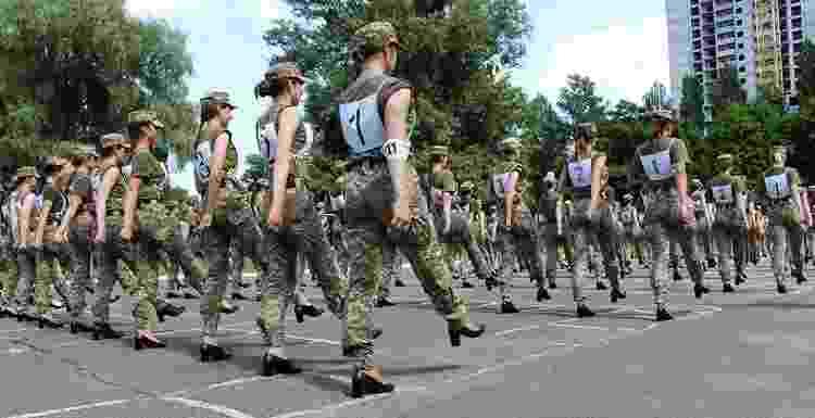 Militares do exército da Ucrânia são obrigadas a marchar usando salto alto - AFP - AFP