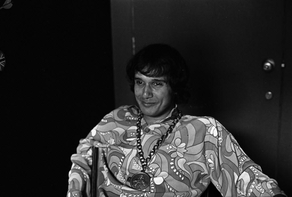O cantor Roberto Carlos, jovem, em foto de 1968
