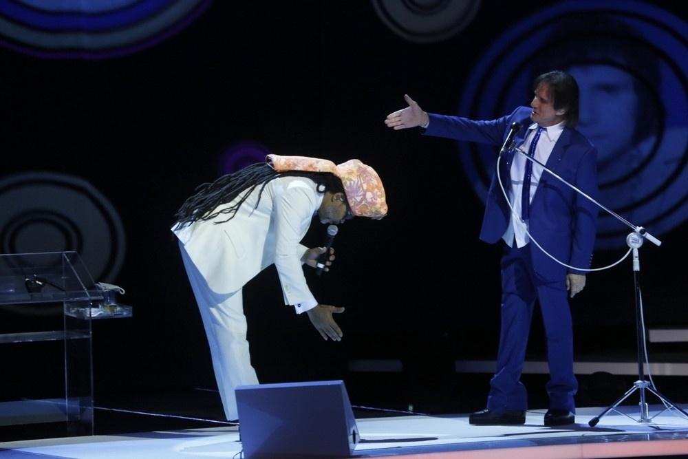 7.nov.2015 - Carlinhos Brown se curva diante de Roberto Carlos durante as gravações do especial do Rei no Teatro Municipal, no Rio de Janeiro