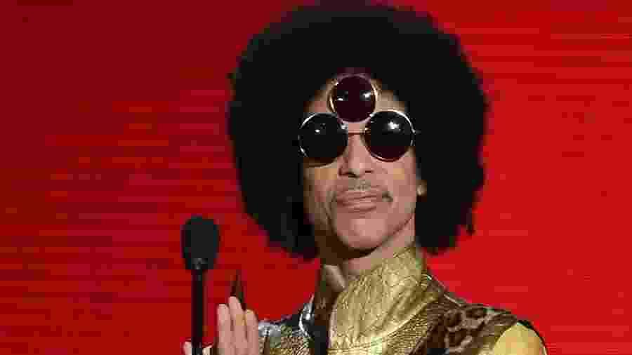 22.nov.2015 - Cantor Prince apresenta o prêmio de melhor artista Soul/R&B no American Music Awards, premiação da música americana - Kevin Winter/Getty Images/AFP