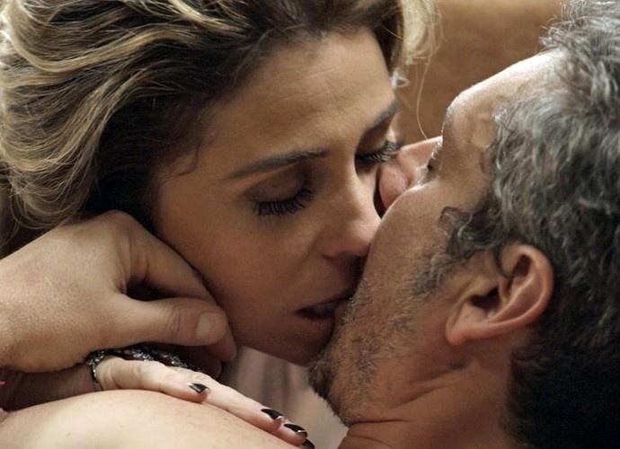 Romero e Atena transam antes dela entregar ao amado as provas que possui contra a facção criminosa