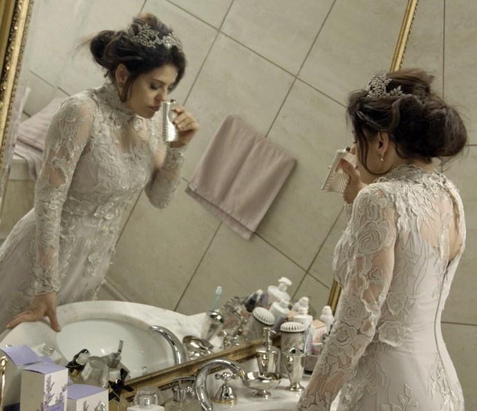 Nelita (Bárbara Paz) enche a cara no dia de seu casamento e dá um escândalo em