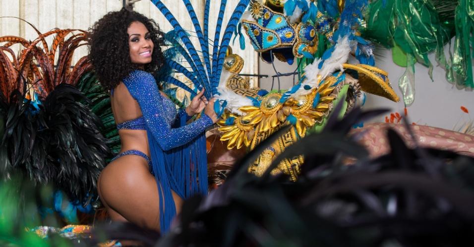 """14.jan.2016 - Valeska Reis é a rainha de bateria da Império de Casa Verde. A beldade desfile pela escola há cinco anos e, em 2014, foi eleita a melhor rainha de bateria de São Paulo pela Liga Independente das Escolas de Samba. Ela é assistente de palco do programa """"Hora do Faro"""", da TV Record"""