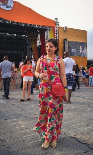 23.jan.2016 - A maquiadora Priscilla Lopes Cardoso de Luna, 29, apostou em um vestido longo e colorido para curtir a noite no CarnaUOL, que acontece no Urban Stage, em São Paulo.