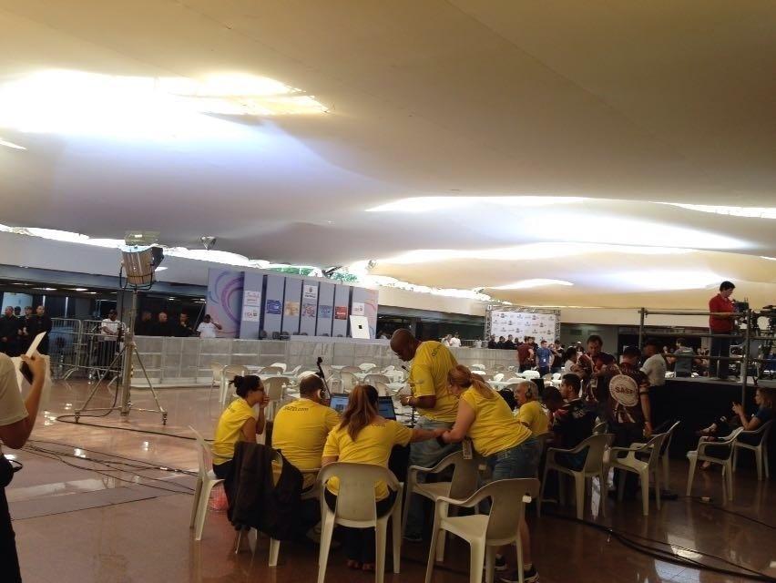 9.fev.2016 - Integrantes das escolas de samba de São Paulo começam a chegar para a apuração no Palácio de Convenções do Anhembi, zona norte da capital