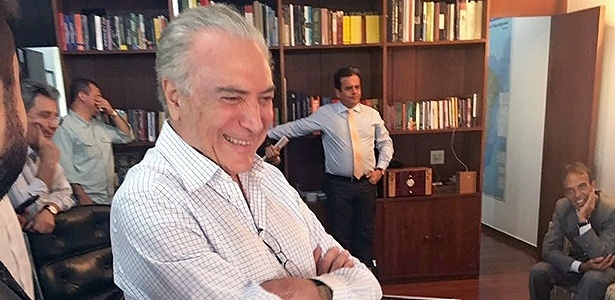 17.abr.2016 - Temer sorri ao acompanhar votação do impeachment pela TV