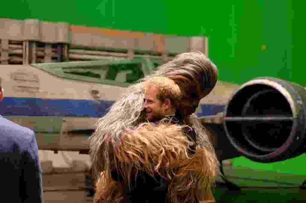 """19.abr.2016 - Príncipe Harry ganha abraço de Chewbacca durante visita aos estúdios de """"Star Wars"""" - Reprodução/Twitter/KensingtonRoyal"""