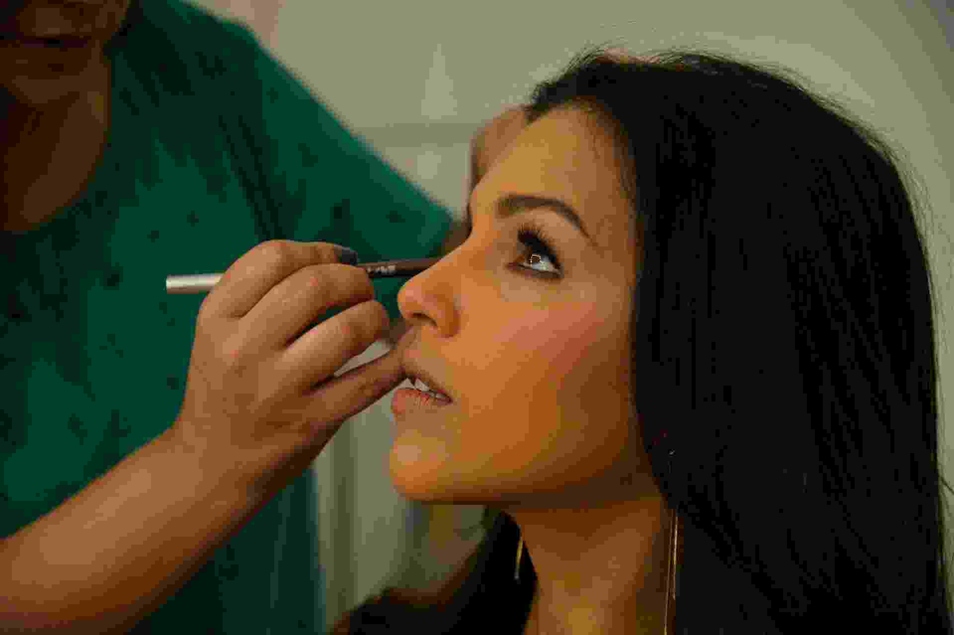 """Apresentadora do """"Se Arrume Comigo"""", Mariana Rios é maquiada antes de entrar no estúdio - André Lobo/UOL"""