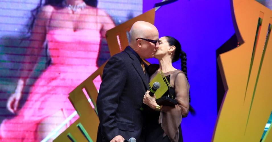 """26.ago.2016 - Sonia Braga beija o diretor Bruno Barreto, com quem trabalhou em """"Dona Flor e Seus Dois Maridos"""", ao receber o prêmo Oscarito"""