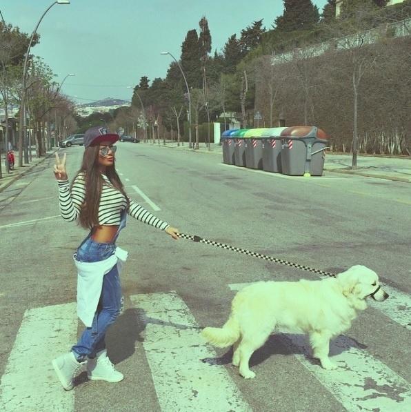 Para passear com o cachorro, Rafaella Silva, irmã de Neymar, usa calça com cavalo baixo com moletom amarrado na cintua, top cropped e boné