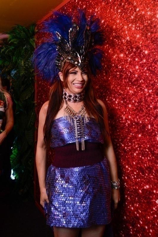 A atriz Isadora Ribeiro chega ao camarote. Ainda há ingressos para o CarnaUOL na Sapucai. Compre aqui