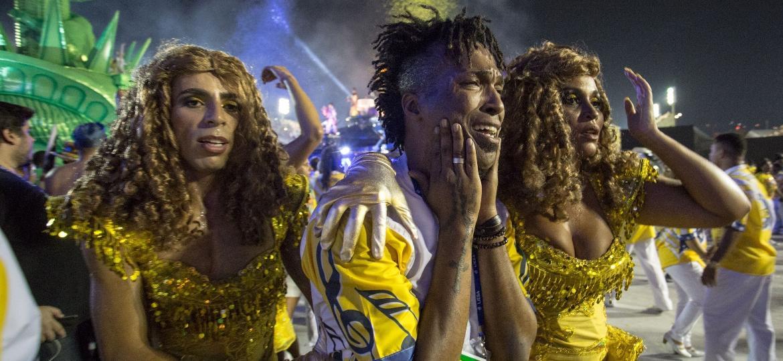 Integrantes da Unidos da Tijuca choram em desespero ao terminarem o desfile marcado por acidente no segundo carro - Douglas Shineidr/UOL