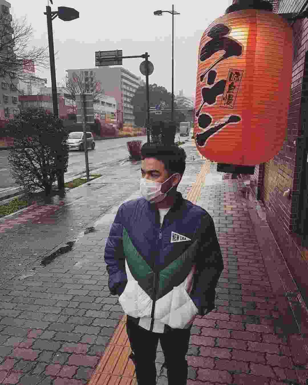 """Yudi Tamashiro assustou seus fãs ao aparece usando uma máscara cirúrgica nas fotos tiradas em viagem ao Japão. Ele negou estar doente, e explicou: """"Faço a barba, está um frio desgraçado...aí coloco a máscara para não ficar zoando minha pele e também não cortar a boca"""", contou. O apresentador, porém, não é o único famoso a ter dicas de beleza um tanto quanto """"diferentes"""". Confira algumas delas! - Reprodução/Instagram/yuditamashiro"""