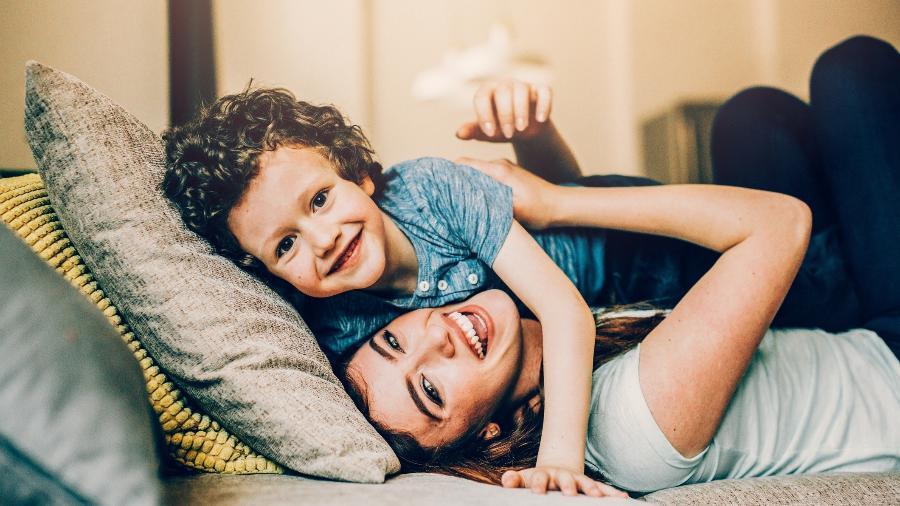 mãe filho rindo se divertindo - Getty Images