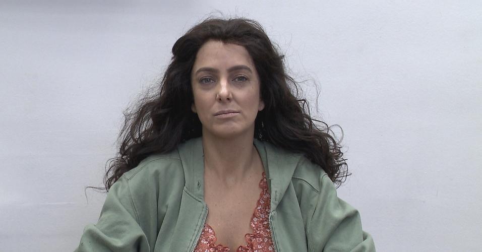 """Ticiane Pinheiro aparece irreconhecível no quadro ?Teste da Vida Real?, do """"Programa Gugu"""". A apresentadora encarna uma mulher pobre que pede ajuda na rua"""