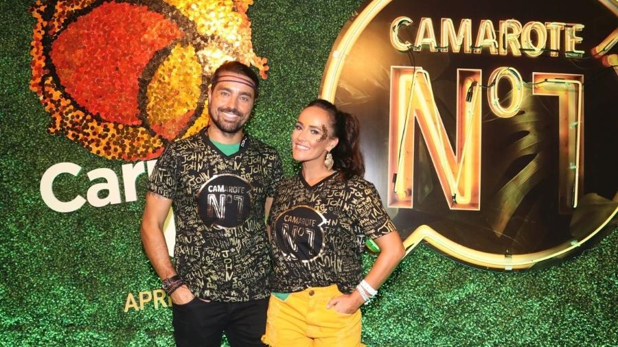 O ator Ricardo Pereira e a mulher, Francisca Pinto, posam para fotógrafos no camarote CarnaUOL RJ/N1 - Divulgação / Felipe Panfili