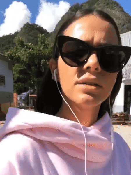 Bruna Marquezine mostra o moletom que pegou emprestado de Neymar nas redes sociais - Reprodução/Instagram