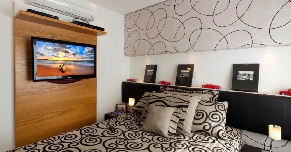 A arquiteta e designer de interiores Emilia Garcia tinha apenas 8 m² para deixar o quarto de casal confortável e completo
