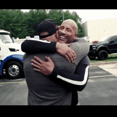 Dwayne Johnson entrega carro para dublê - Reprodução/Instagram