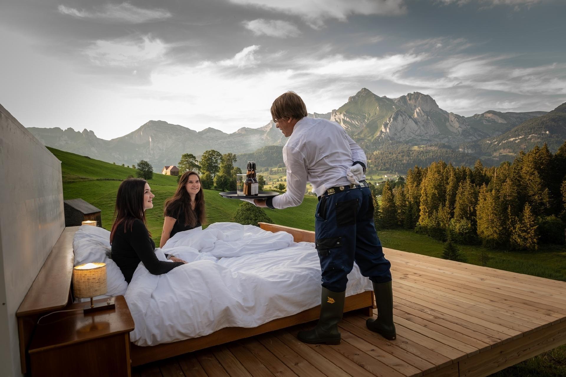 4d666245177 Suíça tem hotel com quartos sem teto ou paredes e com vista para os Alpes -  09 08 2018 - UOL Viagem