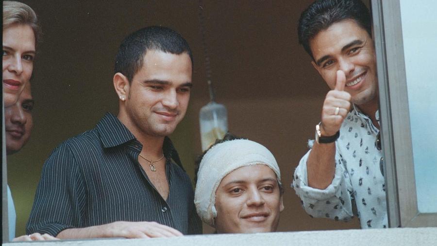 Wellington Carmargo posa para fotos na janela do hospital após sequestro - Weimer de Carvalho/O Popular