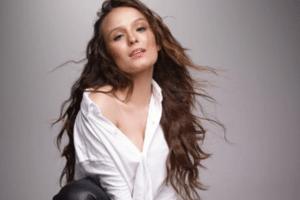 c60dbba414eaff Larissa Manoela sensualiza em primeira foto publicada aos 18 anos -  28/12/2018 - UOL TV e Famosos