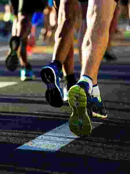 Meias de algodão deixam o pé úmido e sujeito a bolhas durante a corrida; melhor evitar - iStock