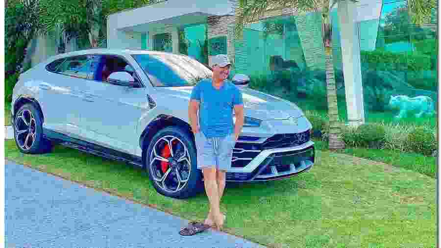 Eduardo Costa posa contante ao lado do seu carro de R$ 2,4 milhões; 18 unidades do Urus foram vendidas de forma oficial no país - Reprodução/Instagram