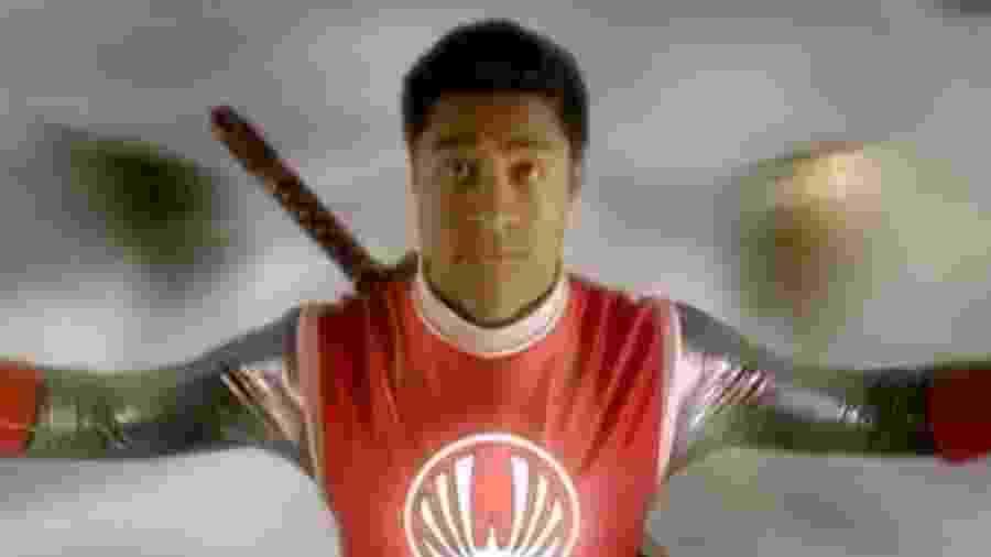 """O ator neozelandês Pua Magasiva, que interpretou o Ranger Vermelho em """"Power Rangers: Tempestade Ninja"""" - Reprodução"""