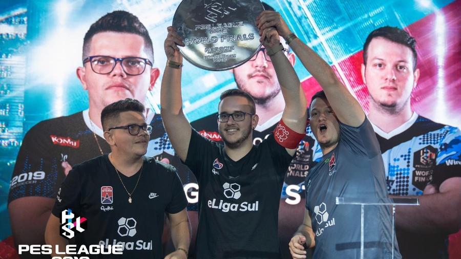 GuiFera (centro) levanta o troféu do mundial de PES no modo cooperativo - Divulgação