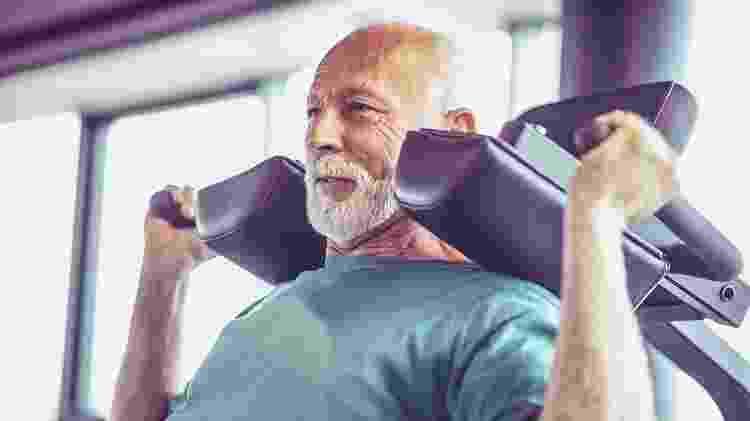 idoso fazendo musculação, exercício, bem-estar - iStock - iStock