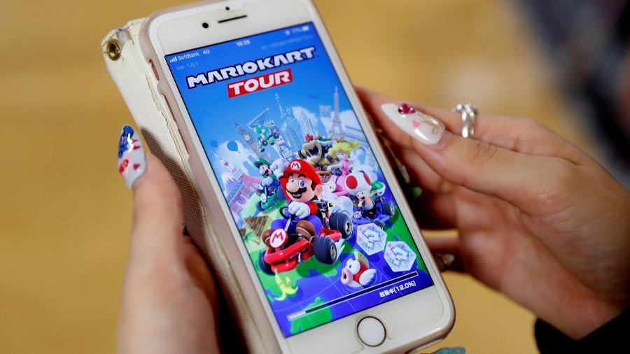 25.set.2019 - Mulher mostra jogo Mario Kart Tour em seu celular em Tóquio, no Japão - Kim Kyung-Hoon/Reuters