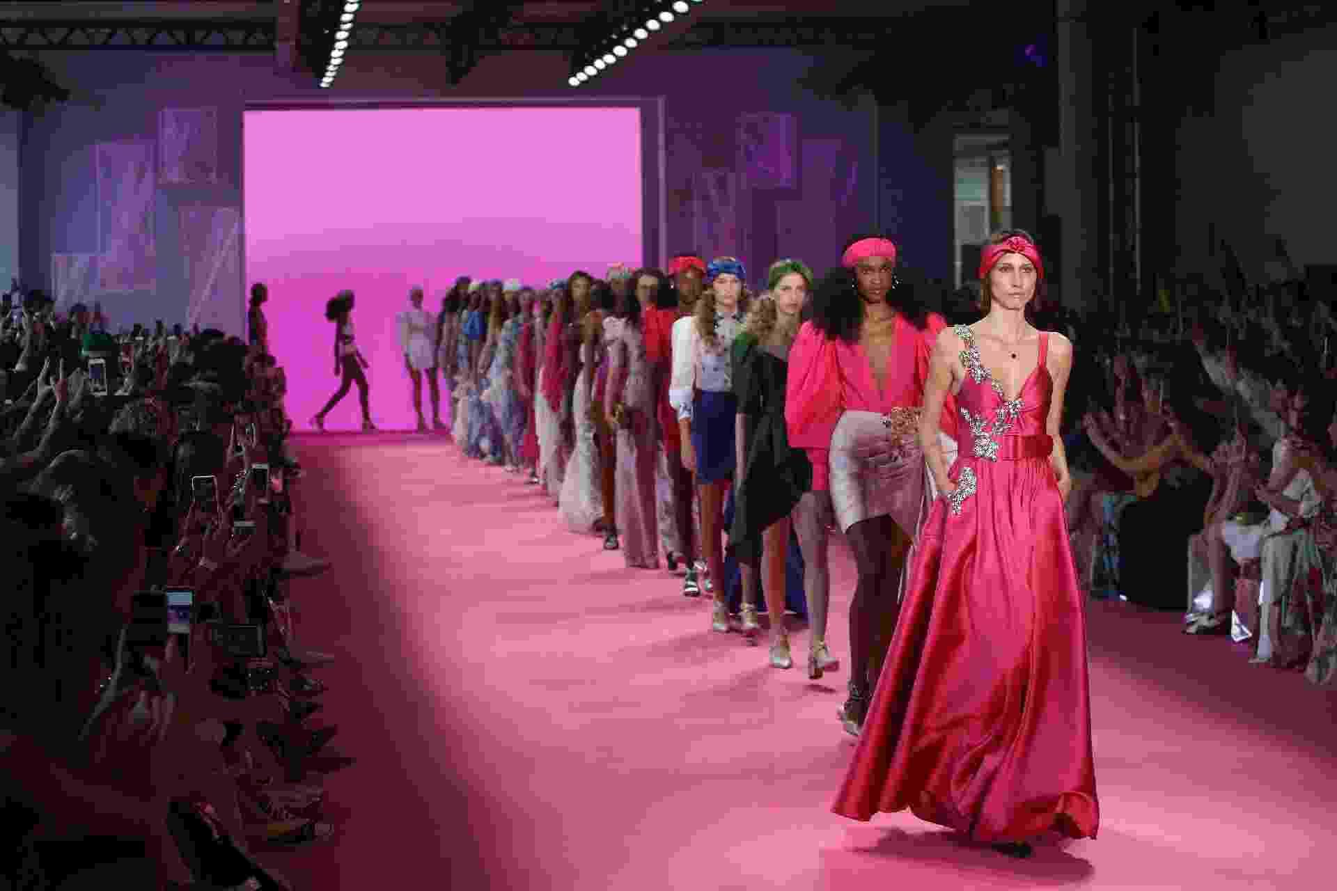 Com direção criativa de Patricia Bonaldi e uma primeira fila repleta de influenciadoras, a marca propôs um verão cor de rosa, com direito a passarela e fundo do desfile em tons vibrantes de pink. - RODRIGO MORAES/THENEWS2/ESTADÃO CONTEÚDO