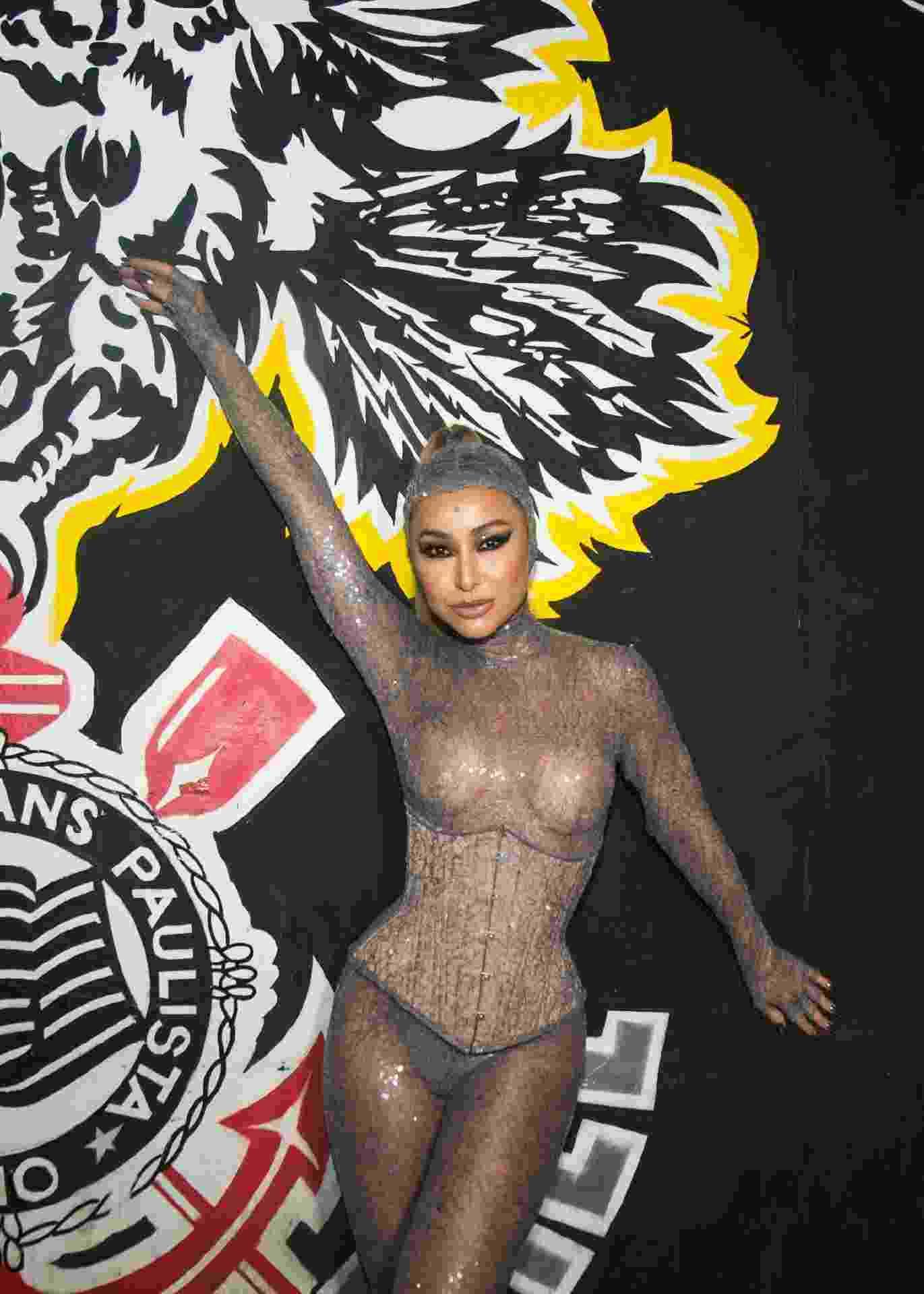 Sabrina Sato dispensa sutiã para look futurista em ensaio de Carnaval - Patrícia Devoraes/Brazil News