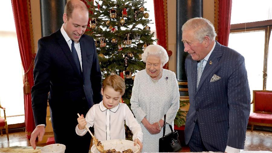 A rainha Elizabeth 2ª, da Inglaterra, posa em foto acompanhada do filho, o príncipe Charles, o neto William e o bisneto George -  AFP Photo/Getty Images/PA Wire/Chris Jackson