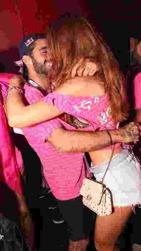 Após falar de término, Cintia Dicker e Pedro Scooby se beijam em camarote - Divulgação