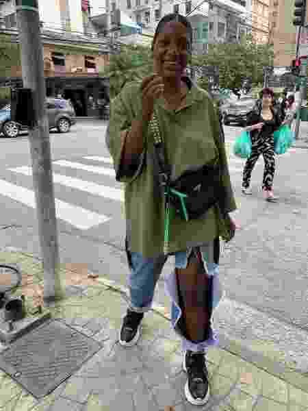 Luanda Vieira usando a mom jeans com uma camisa oversized verde - Arquivo Pessoal