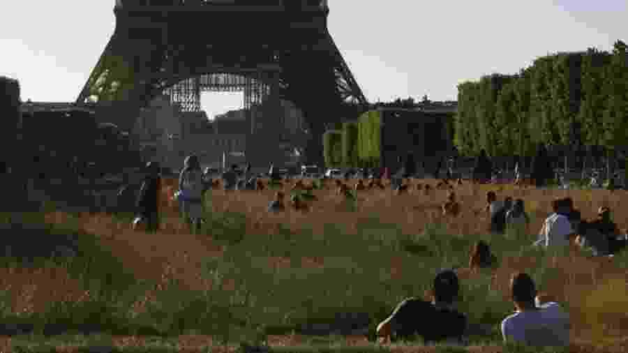 Franceses aproveitam reabertura oficial em gramado próximo à Torre Eiffel - Getty Images