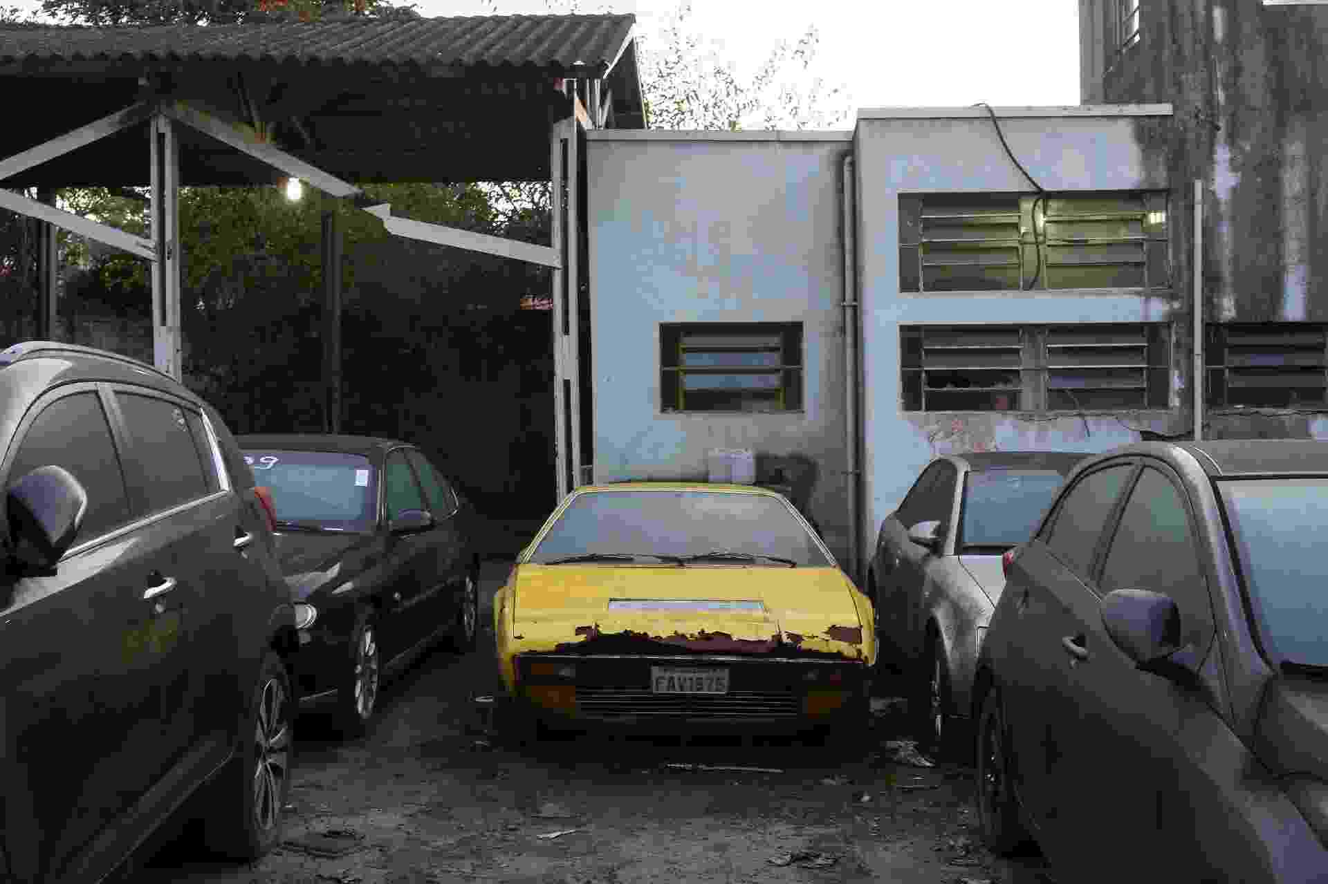 Ferrari Dino 208 GT4 apodrece enferruja pátio Prefeitura Santo André sucata única no Brasil - Amanda Perobelli/UOL
