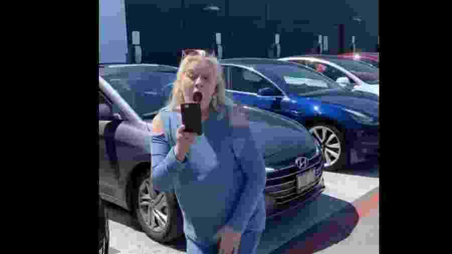 Mulher discute no Canadá após parar carro em vaga destinada a Teslas - Reprodução
