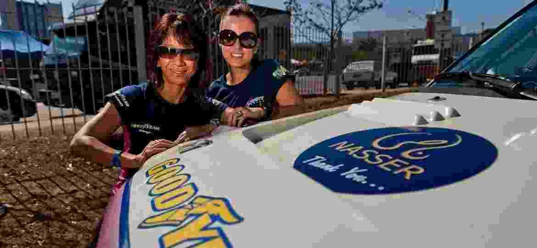 Helena posa com sua navegadora Joseane Koerich e o carro comprado com doação do príncipe do Catar - Acervo Pessoal
